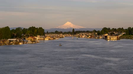barışçı : Snow Covered Mount Hood along Columbia River Gorge in Hayden Island with Floating House Boats and Moving Yachts at Sunset in Portland Oregon Time Lapse 1920x1080