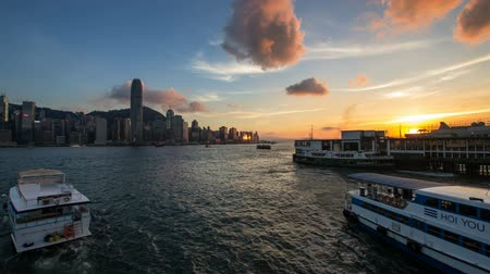 центральный : VICTORIA HARBOUR, HONG KONG - MAY 31, 2014: Time lapse of sunset at Ferry Pier in Tsim Sha Tsui in Kowloon Hong Kong. Ferries are used daily by locals and tourists for transportation and sightseeing. Стоковые видеозаписи