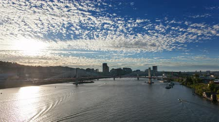 vodní sporty : Time Lapse of Moving White Clouds and Blue Sky Over Downtown Portland Oregon with Tilikum Crossing and Marquam Freeway along Willamette River at Sunset 1920x1080