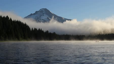 bílé mraky : Fog and Clouds Over Trillium Lake with Mount Hood and Fishermen in Oregon One Early Morning at Sunrise HD Video 1920x1080