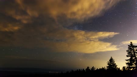 стрельба : Time Lapse Movie of Milky Way with Moving Clouds and Shooting Stars at Night from Larch Mountain in Portland Oregon 1920x1080 Стоковые видеозаписи