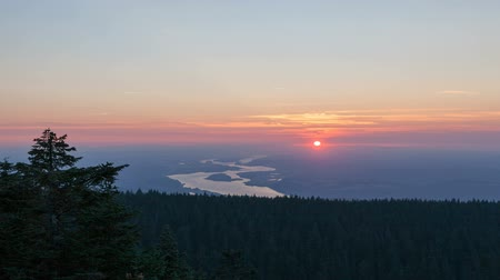 состояние : Time Lapse Movie of Moving Clouds and Blue Sky at Sunset with view of Columbia River Gorge between Oregon and Washington States from Larch Mountain in Portland OR 1020x1080 Стоковые видеозаписи