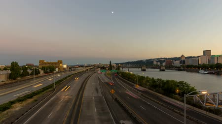 voertuig : Time Lapse Movie van Long Exposure Verkeerslicht Trails en Moonrise in het centrum van stad of Portland Oregon bij zonsondergang 1920x1080 Stockvideo
