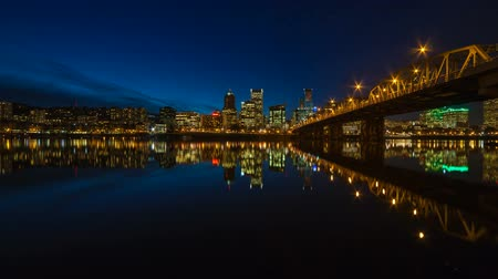 waterkant : Time Lapse Movie van Downtown City Skyline van Portland Oregon uitzoomen op Willamette Rivier met Brug Hawthorne en Blue Hour Water Reflectie at Night 1920x1080