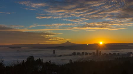 dağ evi : Thick Rolling Dense Fog Over City of Portland Oregon with Snow Covered Mount Hood One Early Morning at Sunrise Time Lapse 1920x1080