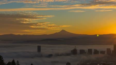 alpy : Time Lapse and Panning Movie of Thick Dense Rolling Fog Over Downtown Cityscape of Portland Oregon with Snow Covered Mount Hood One Early Morning at Sunrise 1920x1080 Dostupné videozáznamy