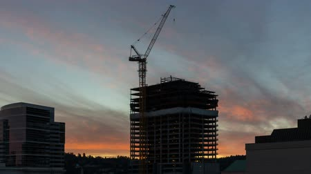 real time : Time Lapse Movie van kleurrijke Vurige Zonsondergang over New Building Construction Site in Portland Oregon 1920x1080