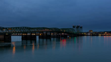 dvojitý : Time Lapse Movie of Auto Traffic on Interstate 5 Columbia River Crossing Bridge at Blue Hour with Water Reflection 1920x1080