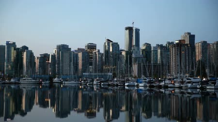в центре города : Panning Movie of Downtown City of Vancouver BC British Columbia Canada with Condominiums Yachts Boats Office Buildings and Water Reflection One Early Dawn Morning at Sunrise 1920x1080