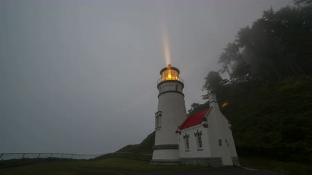 világítótorony : Ultra High Definition Time Lapse Movie of Revolving Light Beams from Historic Heceta Head Lighthouse in Yachats Oregon 4096x2304 Stock mozgókép