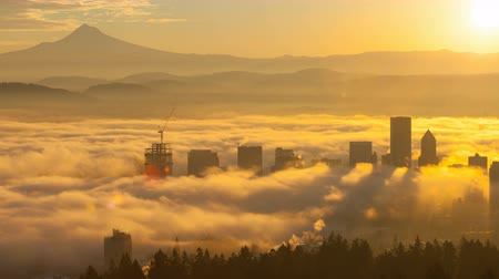 zugedeckt : Ultra High Definition 4k Zeitraffer Film von Rolling Fog Niedrige Wolken und Himmel mit Schnee bedeckt Mount Hood über der Innenstadt von Portland Oregon Cityscape at Sunrise One Early Morning 40962160