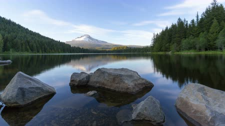 к северу : Ultra High Definition 4k Time Lapse Movie of Moving White Clouds and Blue Sky Over Majestic Snow Covered Mount Hood and Trillium Lake in Portland Oregon 40962160