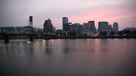 silhouet : Portland Oregon Downtown Skyline met Bezinning Hawthorne Bridge Water langs Willamette Rivier op Kleurrijke Sunset 1920x1080