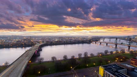 čas : Ultra High Definition 4k Time Lapse Movie of Colorful Sunrise and Traffic Light Trails Over Downtown City of Portland Oregon along Willamette River One Early Morning 4096x2304 Dostupné videozáznamy