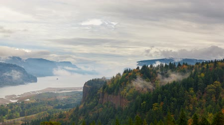 состояние : Ultra High Definition 4k Time Lapse Movie of Rolling White Fog and Clouds over Columbia River Gorge from Womens Forum Overlook with View of Crown Point in Early Fall Season Portland Oregon 4096x2304