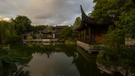 mattonelle : Ultra Alta Definizione 4K Time Lapse Movie di nuvole in movimento e acqua riflessione sul lago in Lan Su Chinese Garden di Portland Oregon 4096x2304 UHD