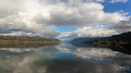 poulets : Ultra Haute Définition 4k Accéléré Film de Moving Clouds blanc et bleu ciel avec réflexion Crisp Clear Water avec Rooster Rock and Crown Point le long Belle Columbia River Gorge saison d'automne 4096x2304 Vidéos Libres De Droits