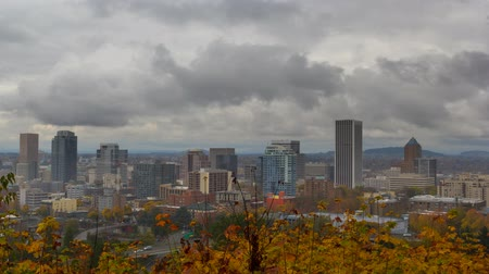 deszcz : UHD 4K Timelapse movie of thick dark moving clouds over downtown cityscape of Portland Oregon one stormy autumn fall day 4096x2304