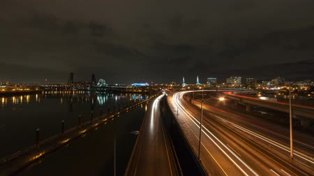trilhas : Ultra high definition 4k Time lapse movie of long exposure freeway traffic light trails and clouds over Interstate 5 highway along Willamette River in downtown city Portland Oregon at night 4096x2304 Vídeos