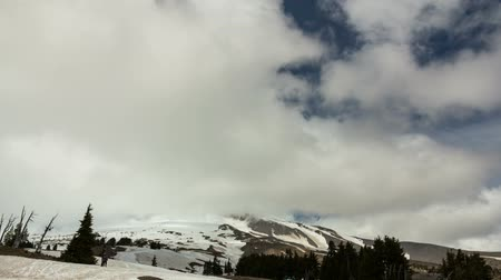 barışçı : Ultra high definition 4k time lapse movie of moving clouds and tourists on Mount Hood in Timberline Lodge Oregon 4096x2304