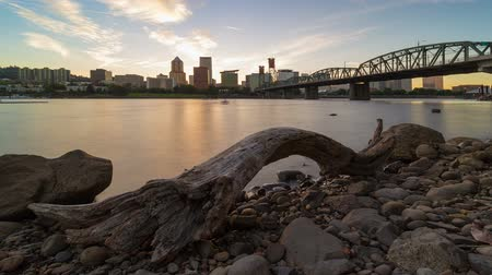pomost : UHD 4k timelapse movie of long exposure sunset over downtown city skyline of Portland Oregon with Hawthorne Bridge along Willamette River 4096x2304 Wideo
