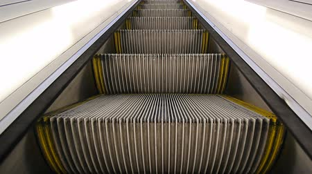 se movendo para cima : High definition movie of moving escalator going up closeup 1080p