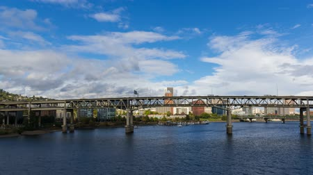 dvojitý : 4k uhd time lapse movie of moving clouds and auto traffic on Marquam bridge along Willamette River waterfront in scenic downtown Portland Oregon 4096x2304 Dostupné videozáznamy