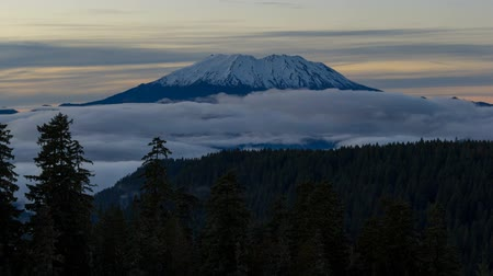 Ultra high definition 4k time lapse movie of moving clouds and rolling low fog over beautiful snow covered mount st. helens in Washington state at sunset 4096x2304 Стоковые видеозаписи