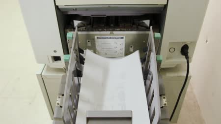 faks : Copy Machine spits out paper Stok Video
