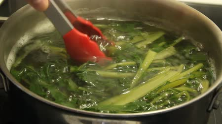boiling dandelion flower greens real time video Stok Video