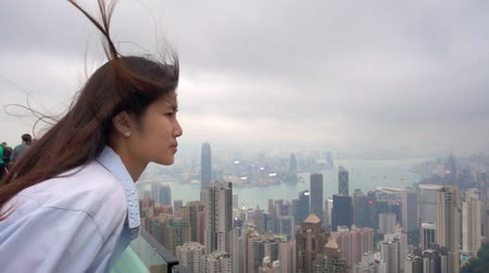Slow motion wind waait vrouw haar in Hong Kong Peak