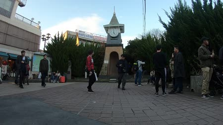 kalkış : Kamakura, Japan - 23 March 2019 : Tourists are surrounding the Clock tower in Kamakura walking street.
