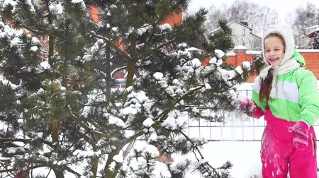 delikanlı : Fun, tree, snow. Mother shakes tree and snow falls on little girl, who is surprised and very emotional about it.