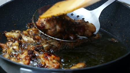 aço inoxidável : take ripe fried chicken from boiled food oil palm with sieve before burn