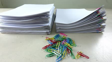 dosya : color paper clips with paperwork pile on table Stok Video