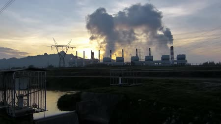 elektrownia : Big smoke from electricity plant at sunrise [timelapse]