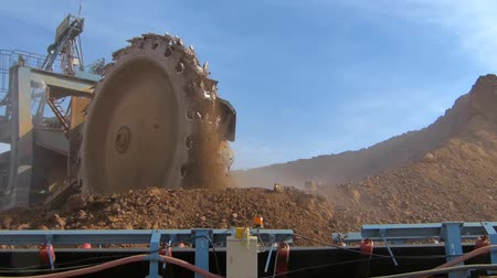 ремень : Close up gigantic Bucket wheel excavator at work Стоковые видеозаписи
