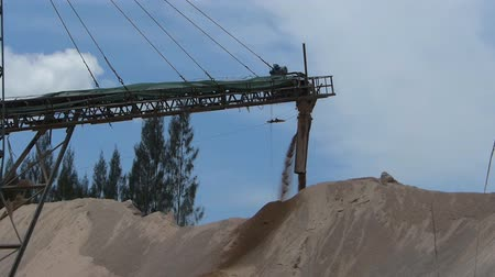macadam : Conveyor belt transferring gravel on site