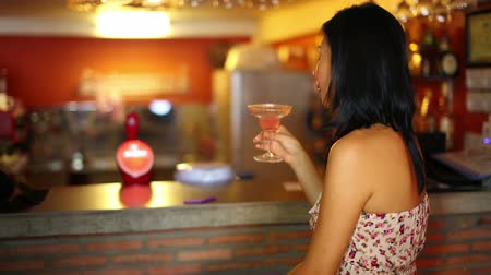 yetişkinler : Asian young woman drink cocktail alone at bar Stok Video