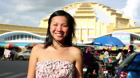 suvenýry : Young Asian girl shopping phnom penh central market Dostupné videozáznamy