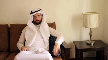 arabština : Saudi arabian man at home