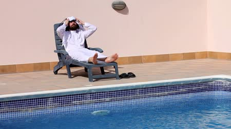 orta : Saudi arabian man enjoying at swimming pool