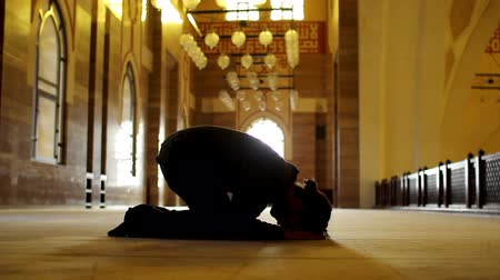 modlitba : namaz: muslim man worship in mosque