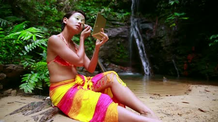 se maquiller : Culture Borneo Tropical Rainforest tribal: Face Painting