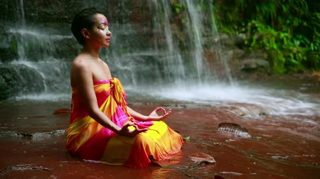 лицевой : Meditating with Facial Painting in borneo rainforest waterfall