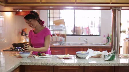 домохозяйка : young woman preparing meal in kitchen