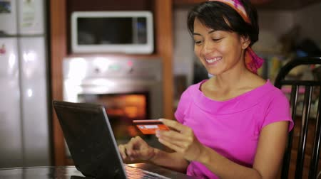 онлайн : woman buying with credit card, online shopping in kitchen