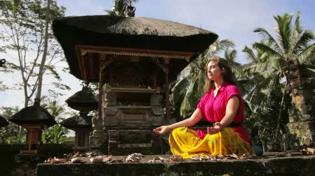 размышлять : caucasian woman meditating yoga in balinese temple