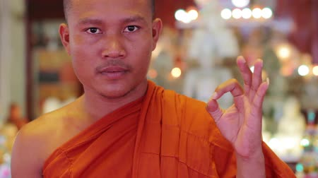 tajlandia : buddhist monk with orange robe pray in temple Wideo