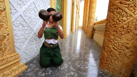tajlandia : Beautiful Asian Girl performs coconut folk dance in temple